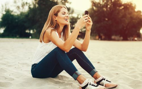 młoda kobieta z telefonem