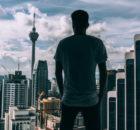 Mężczyzna patrzy na wysokie budynki
