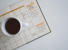 Filiżanka z kawą leży na kalendarzu