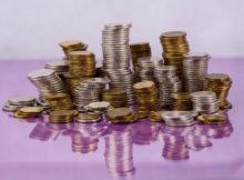 Monety ułożone w stosy