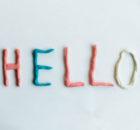 napis hello z plasteliny