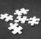 białe kawałki puzzli